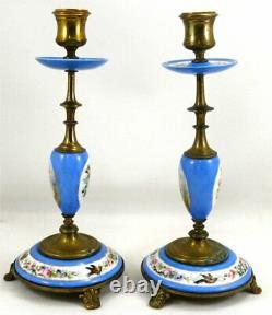 Belle paire de bougeoirs XIXe porcelaine et laiton à décor floral et personnages