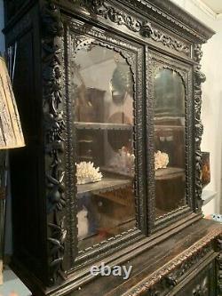 Buffet deux corps vitré XIXe en poirier noirci sculpté