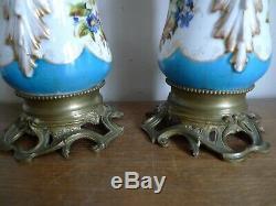 Paire De Lampes A Huile Moderateur Porcelaine De Paris + Globes XIX Siecle