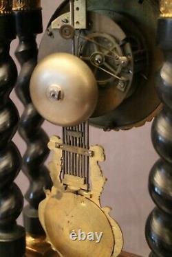 Pendule portique XIXe à colonnes torsadées décor marqueté Napoléon III